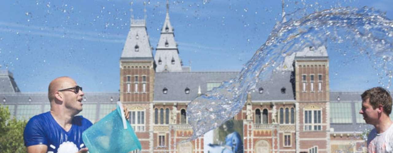 Varias personas se tiran agua durante la guerra de agua celebrada en la plaza de los Museos en Amsterdam, Holanda.