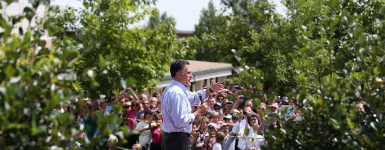 El virtual candidato presidencial republicano y ex gobernador de Massachusetts Mitt Romney habla ante una multitud durante un evento de campaña en la Feria del Condado de Jefferson, en Golden, Colorado.