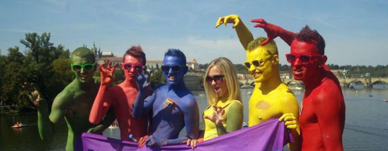 Unas personas participan en un colorido acto dentro del marco del festival del orgullo gay en la segunda capital checa de Praga.
