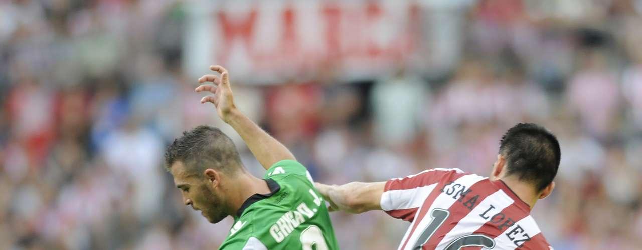Isma Lopez del Athletic disputa el esférico con Javier Chica del Betis