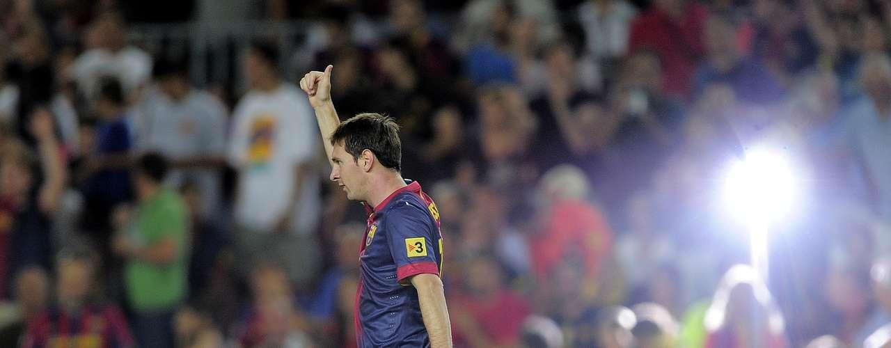 Messi agradece a la afición del Camp Nou por los aplausos recibidos luego de su primer gol.
