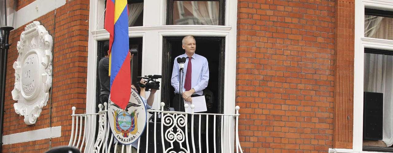 Mientras, el exjuez español Baltasar Garzón, abogado del fundador de WikiLeaks Julian Assange, aseguró este domingo delante de la embajada de Ecuador en Londres que espera una \