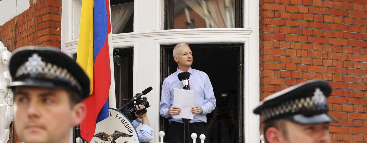 Julian Assange, refugiado desde hace dos meses en la embajada ecuatoriana en Londres, pidió este domingo a Estados Unidos que cese la \