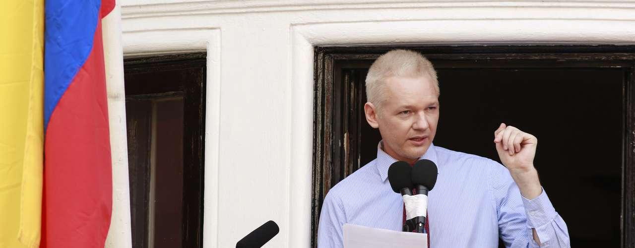 El fundador de Wikileaks, vestido con una elegante camisa azul y corbata roja, se dirigió a sus numerosos seguidores y a más de un centenar de periodistas desde el balcón de la embajada, donde se refugió el pasado 19 de junio huyendo de la justicia británica que se disponía a extraditarlo a Suecia.