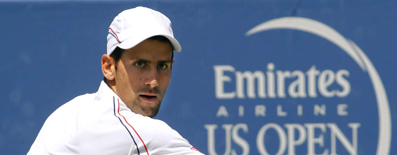 Novak Djokovic of Serbia hits a return to Roger Federer of Switzerland in their championship match at the men's Cincinnati Open tennis tournament in Cincinnati, Ohio August 19, 2012.  REUTERS/John Sommers II   (UNITED STATES - Tags: SPORT TENNIS)