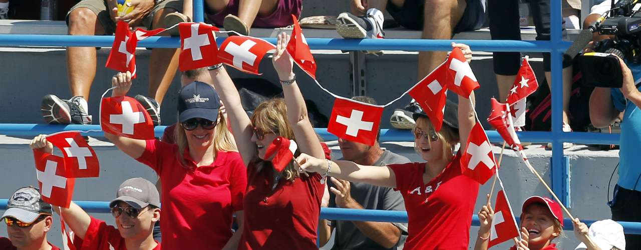 Tennis fans cheer for Roger Federer of Switzerland during his championship match against Novak Djokovic of Serbia at the men's Cincinnati Open tennis tournament in Cincinnati, Ohio August 19, 2012. REUTERS/John Sommers II  (UNITED STATES - Tags: SPORT TENNIS)