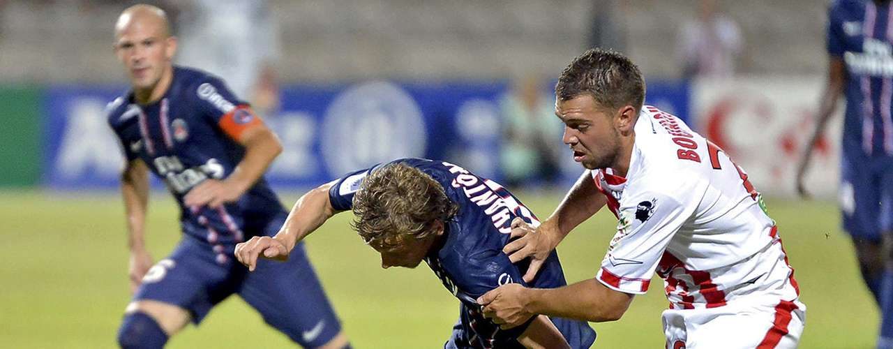 Paris Saint-Germain's Clement Chantome (L) challenges Ajaccio's Samuel Bouhours during their French Ligue 1 soccer match in Ajaccio August 19, 2012.  REUTERS/Pierre Murati (FRANCE  - Tags: SPORT SOCCER)