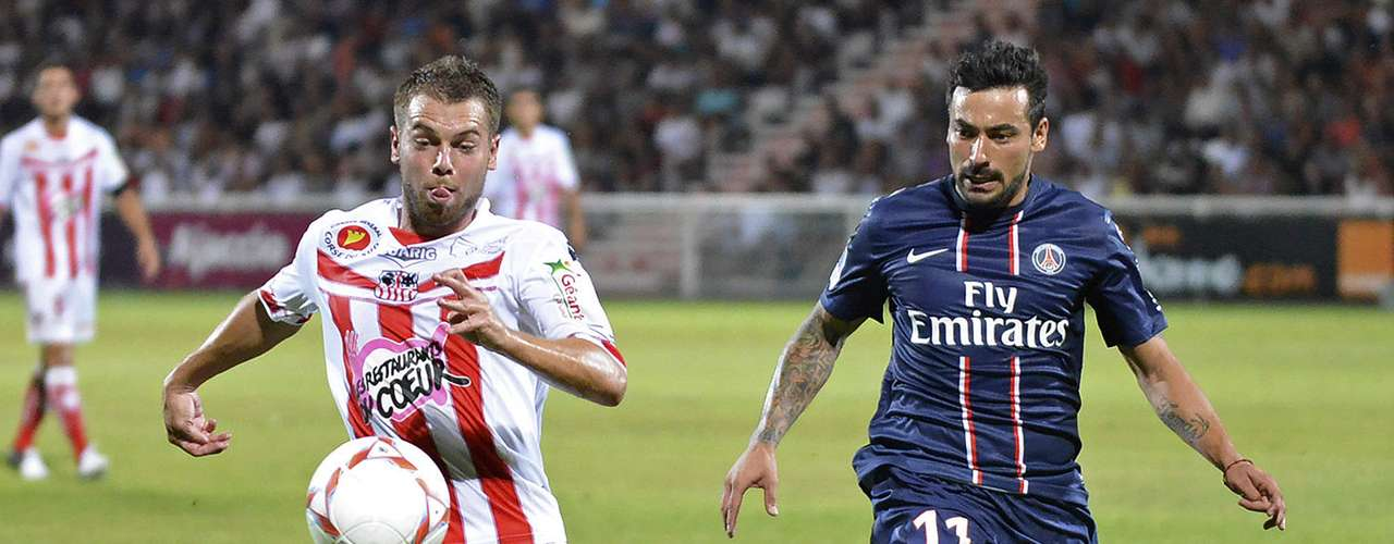 Paris Saint-Germain's Ezequiel Lavezzi (R) challenges Ajaccio's Samuel Bouhours during their French Ligue 1 soccer match in Ajaccio August 19, 2012.   REUTERS/Pierre Murati (FRANCE  - Tags: SPORT SOCCER)