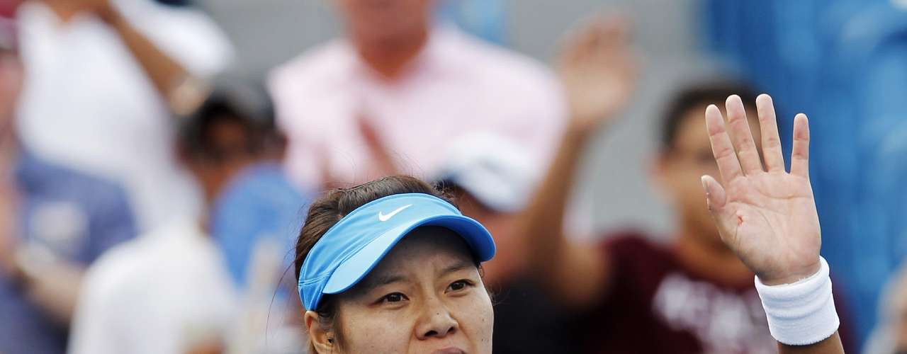 Li Na of China waves to the crowd after defeating Angelique Kerber of Germany in their championship match at the women's Cincinnati Open tennis tournament in Cincinnati, Ohio August 19, 2012.  REUTERS/John Sommers II   (UNITED STATES - Tags: SPORT TENNIS)