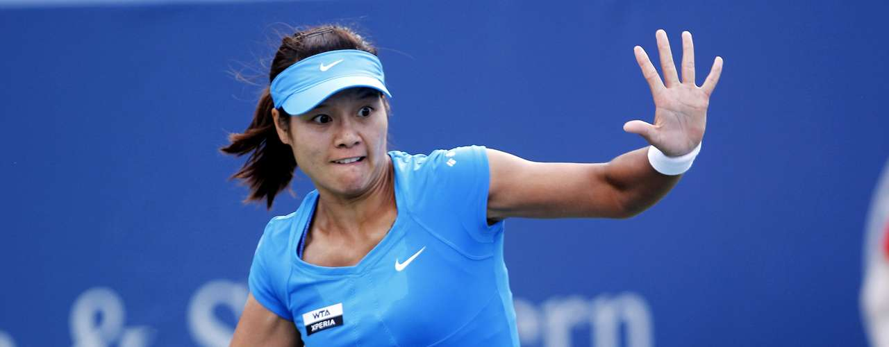 Li Na of China hits a return to Angelique Kerber of Germany in their championship match at the women's singles Cincinnati Open tennis tournament in Cincinnati, Ohio August 19, 2012. REUTERS/John Sommers II (UNITED STATES - Tags: SPORT TENNIS)
