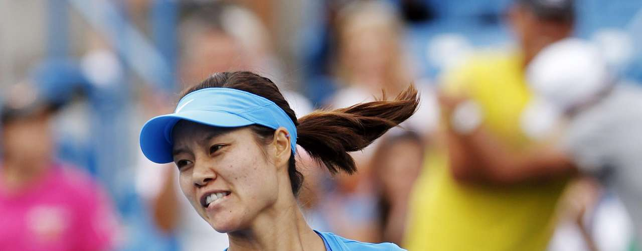 Li Na of China reacts after defeating Angelique Kerber of Germany in their championship match at the women's singles Cincinnati Open tennis tournament in Cincinnati, Ohio August 19, 2012.  REUTERS/John Sommers II (UNITED STATES - Tags: SPORT TENNIS)