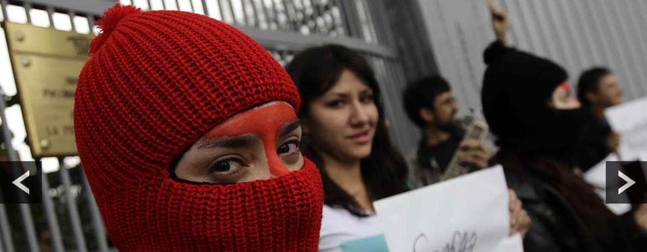 Afuera de las embajadas y representaciones diplomáticas de Rusia en distintos países, seguidores de la banda mostraron su descontento con carteles y pasamontañas, tal y como aconteció en México.