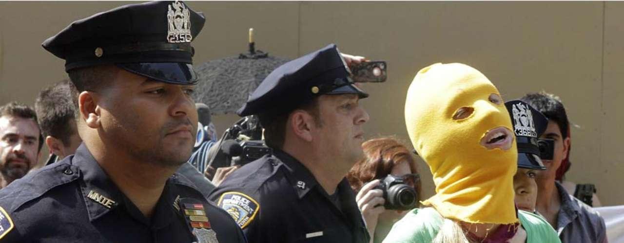 En la ola de protestas alrededor del mundo no sólo participan seguidores del grupo, si no también grupos defensores de los derechos humanos. En Nueva York, algunos de los manifestantes fueron detenidos por la policía.