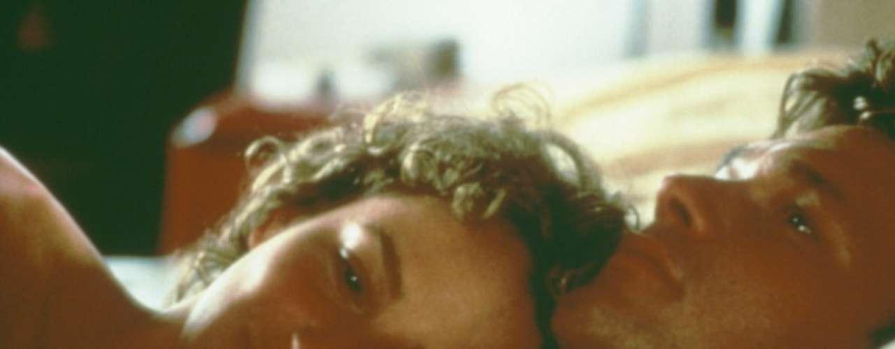 La relación entre los dos protagonistas, Johnny, el profesor de baile intrepretado por Swayze, y Baby, la adolescente que encarna Jennifer Grey, acaba convirtiéndose en una historia de amor prohibido