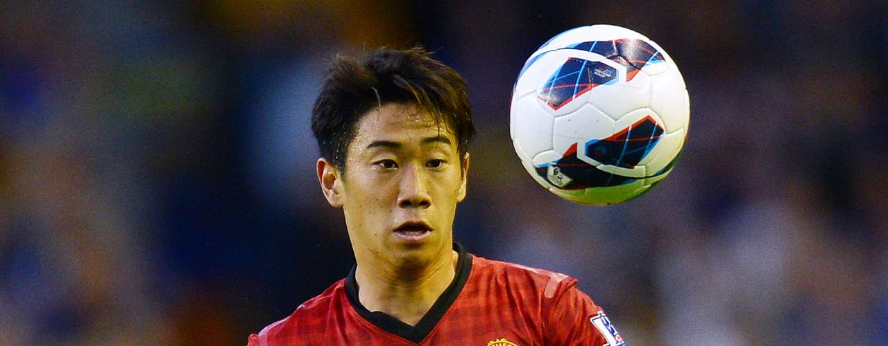 Manchester United's Japanese midfielder Shinji Kagawa controls the ball during the English Premiership football match between Everton and Manchester United at Goodison Park in Liverpool on August 20, 2012.