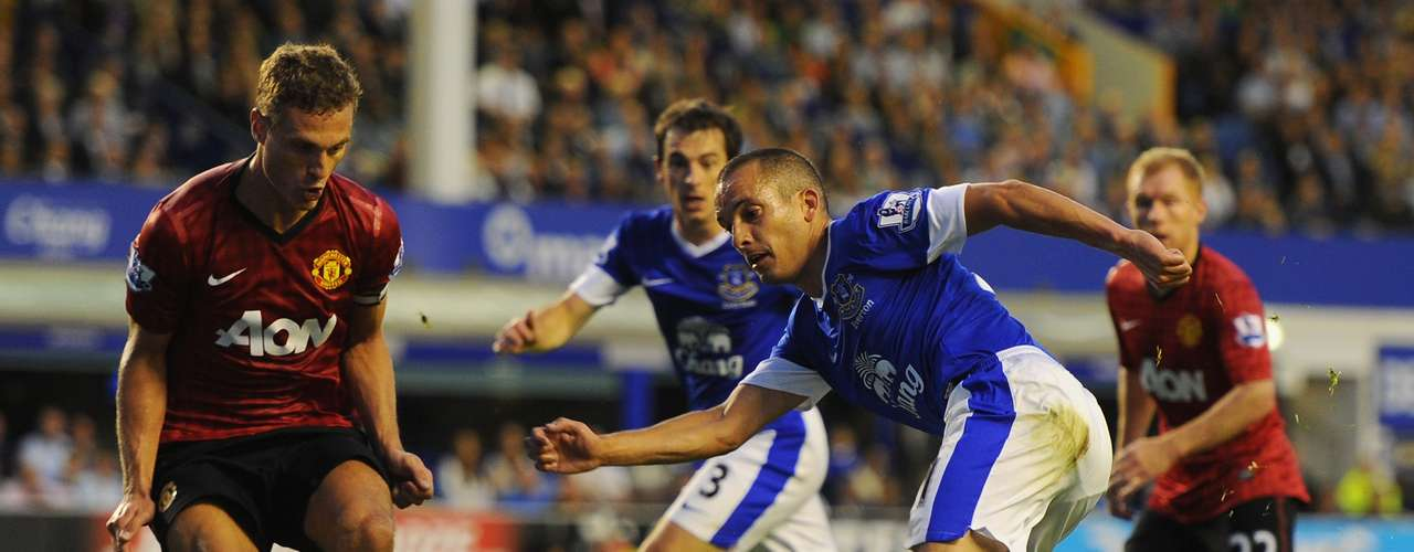 Leon Osman of Everton shoots at goal during the Barclays Premier League match between Everton and Manchester United at Goodison Park on August 20, 2012 in Liverpool, England.