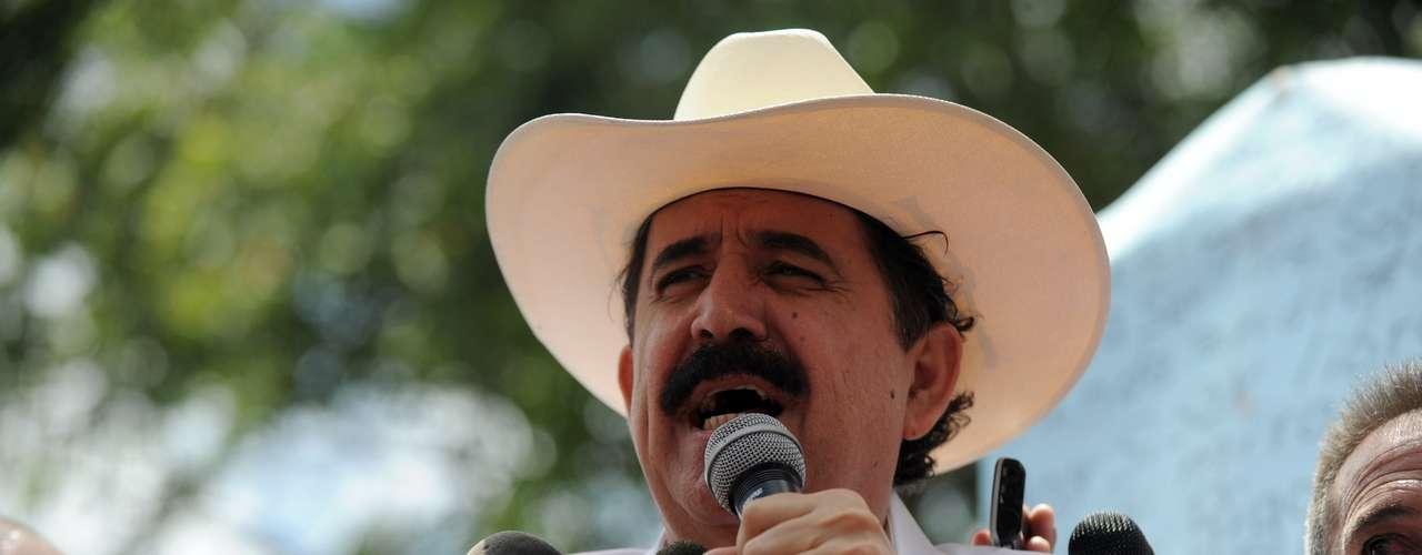 Pero el 21 de septiembre volvió clandestinamente al país y se refugió en la embajada brasileña en Tegucigalpa donde permaneció hasta el 27 de enero de 2010, luego de la toma de posesión de Porfirio Lobo como nuevo presidente de Honduras.