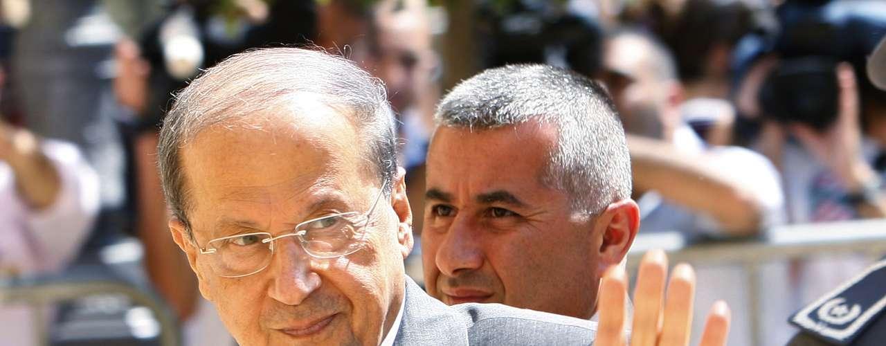 El general cristiano Michel Aoun se alojó durante 10 meses en 1990 en la embajada de Francia en Beirut (Líbano). Aoun fue expulsado del palacio presidencial tras una ofensiva sirio-libanesa.
