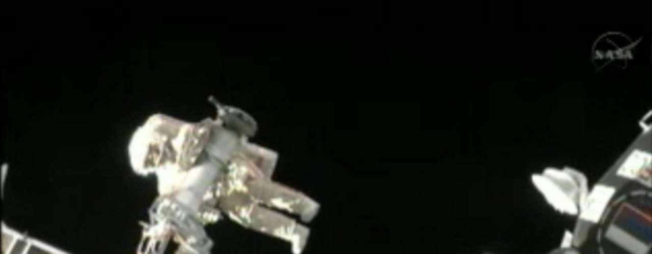 Los cosmonautas rusos colocarán en el módulo de servicio Zvezdá cinco paneles o escudos especiales cuya función será proteger la estructura de la plataforma orbital en caso de una lluvia de meteoritos.
