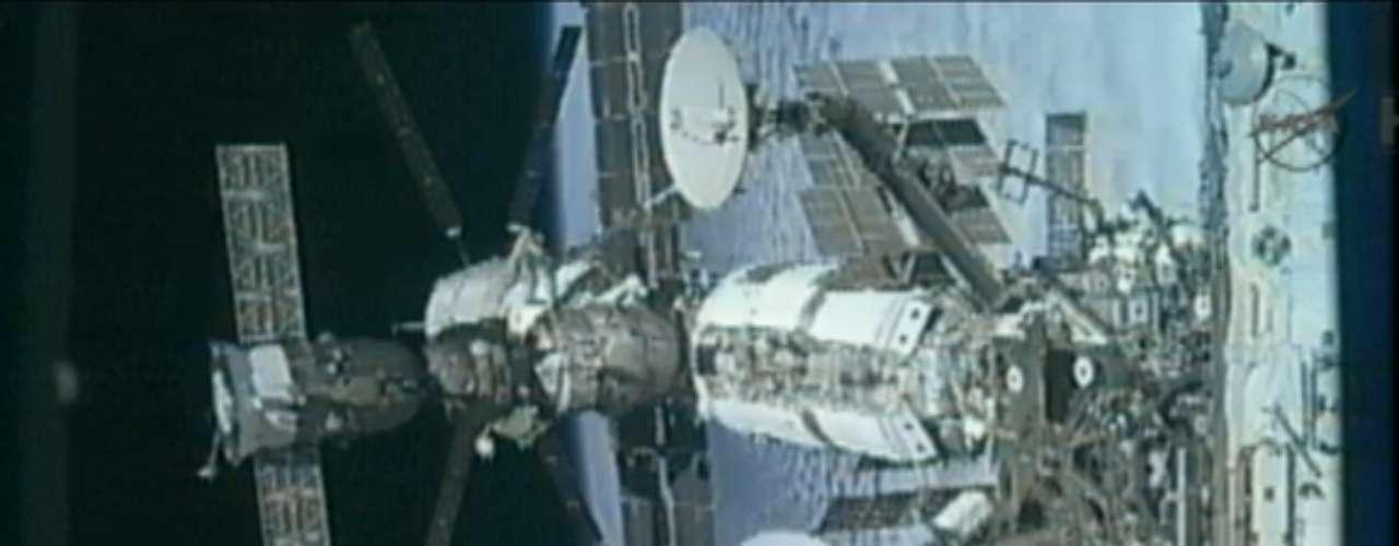 La solución del fallo de hermetismo obligó a posponer provisionalmente la actividad extravehicular, pero el problema fue solucionado en apenas unos minutos. Finalmente, Padalka y Malenchenko pudieron salir al exterior de la estación a las 15:37 GMT.