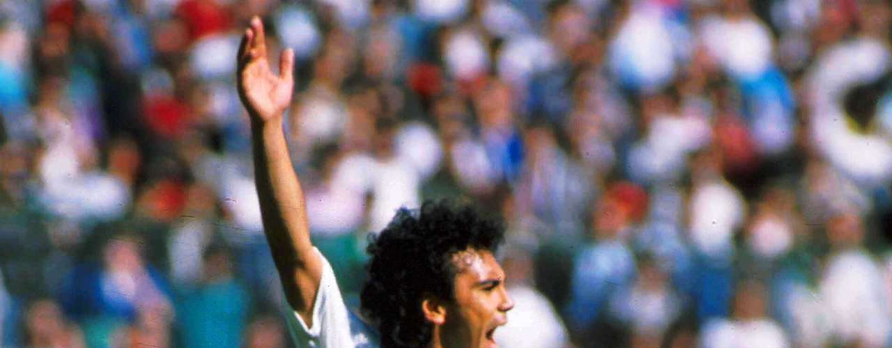 Hugo Sánchez llegó a España en 1981para jugar con el Atlético de Madrid y cuando por fin tuvo éxito en la temporada 1984-85 dejó a los Colochoneros para fichar con el Real Madrid, causando la antipatía de los aficionados rojiblancos.
