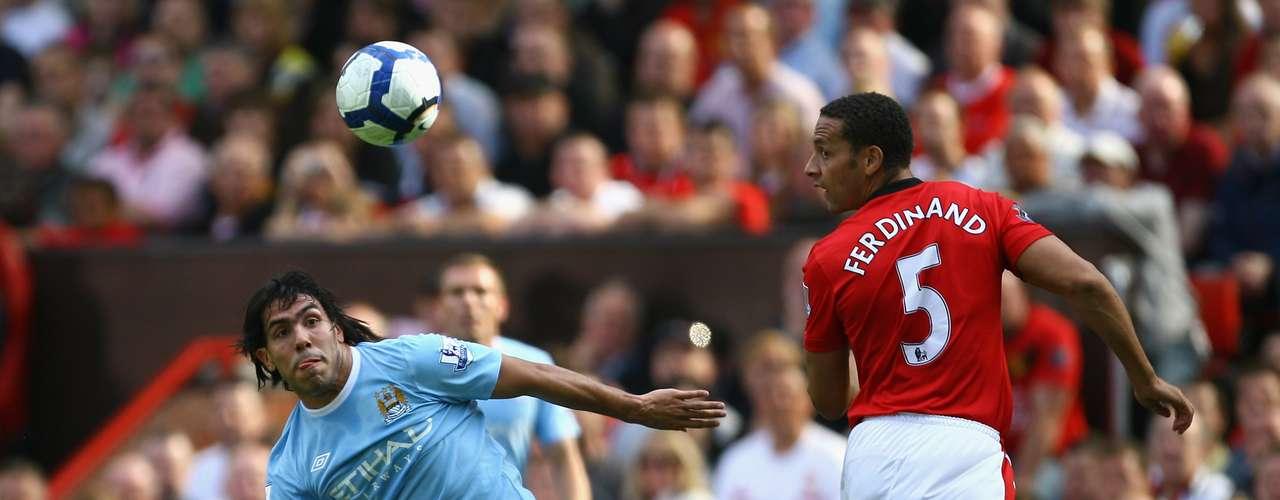El 20 de junio de 2009, Manchester United anunció la salida de Carlos Tévez para fichar con su rival de ciudad, el Manchester City, lo cual fue considerado por los fanáticos de los \