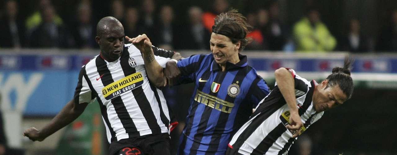 El sueco Zlatan Ibrahimovic no quiso jugar en la Serie B por la Juventus y fichó con el Inter de Milan, lo que causó la molestia de los tifosi bianconeri.