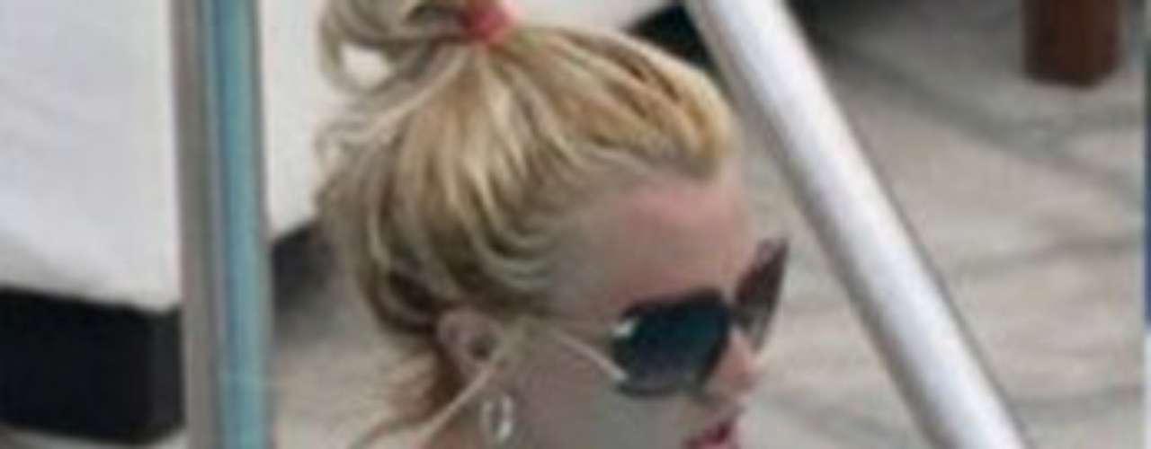 A Britney le gusta relajarse en la piscina en sus ratos libres.