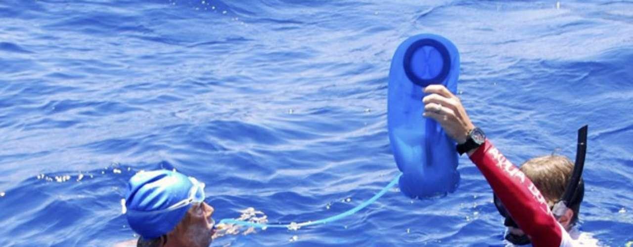Pero este martes a las 7:42 locales (11H42 GMT) Nyad fue sacada del agua, según la página web que sigue la travesía. \