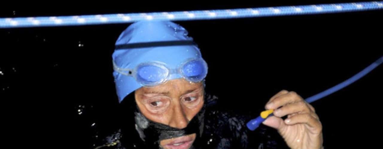 La nadadora de resistencia cumplirá 63 años el miércoles y esperaba estar en Cayo Hueso, extremo sur de Florida, para festejarlo con el equipo de 50 personas que la acompañan.