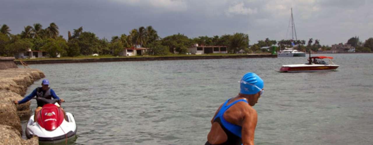 La nadadora se había lanzado al mar desde la Marina Hemingway, un club de yates en el oeste de La Habana, a las 15H42 locales (19H42 GMT) del sábado, un día antes de lo previsto. Nyad, que buscaba un récord personal, también atribuye un significado político a su desafío, pues ha declarado que busca que \