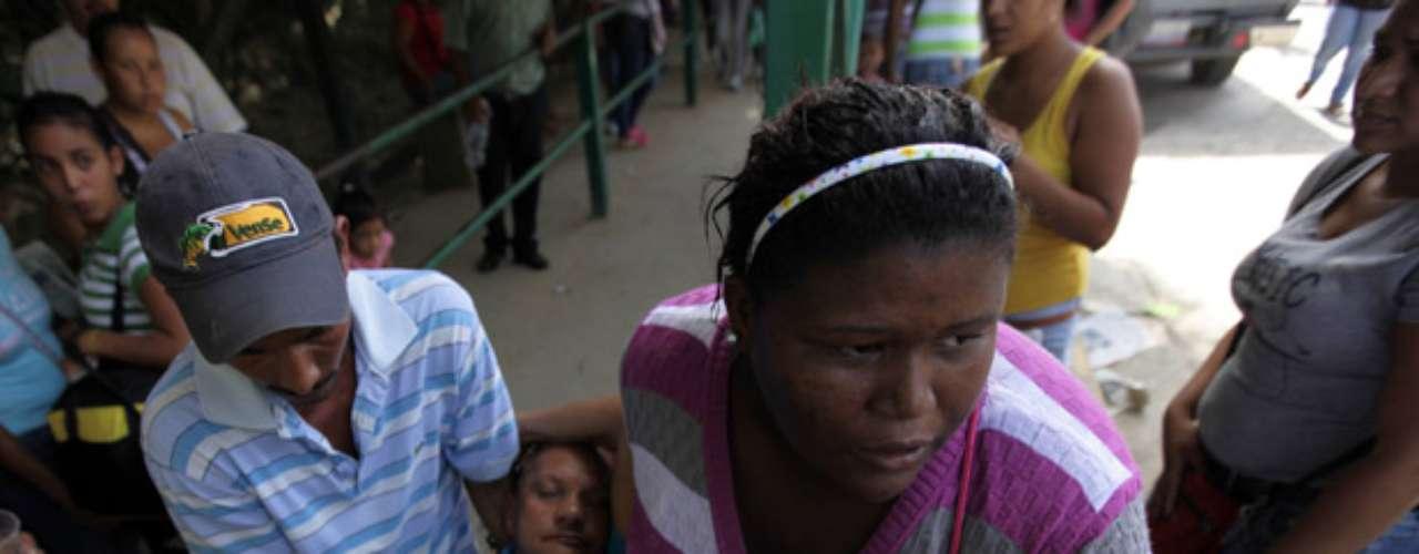La ministra de Servicios Penitenciarios, Iris Varela, informó que el enfrentamiento entre dos grupos de presos armados se registró durante la tarde y noche del domingo en el horario de visitas. Uno de los visitantes murió en el tiroteo.