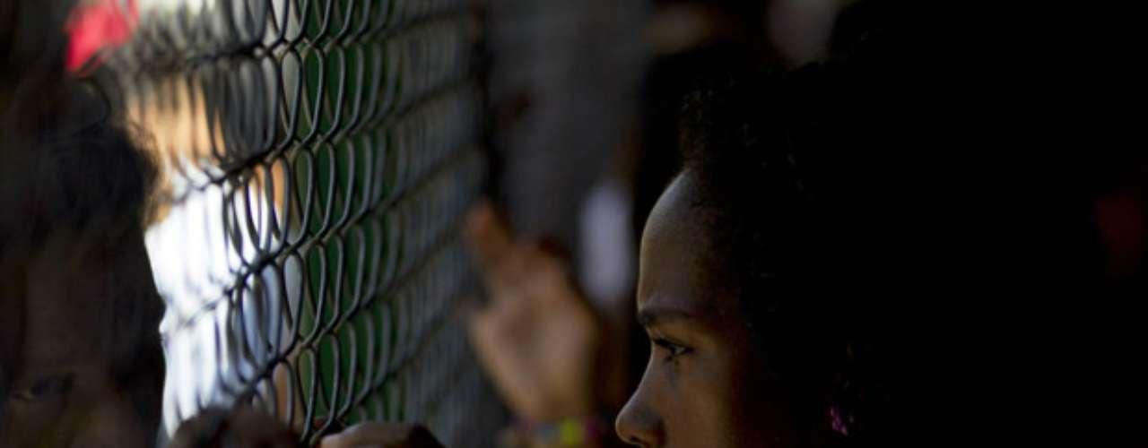 La ministra precisó que 984 mujeres que son familiares de los internos todavía permanecen retenidas dentro de la cárcel, ubicada a unos 80 kilómetros al sur de Caracas. \