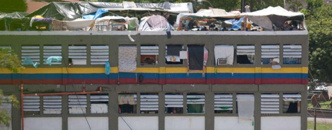 En Venezuela existen 33 penales que tienen unos 47.000 reclusos, de acuerdo con registros oficiales, pero que fueron diseñados para albergar sólo a 12.000 personas. Durante 2011 hubo 560 muertos en los penales venezolanos, cifra que supera la de 2010, cuando se registraron 476 asesinatos. (Información: AP)