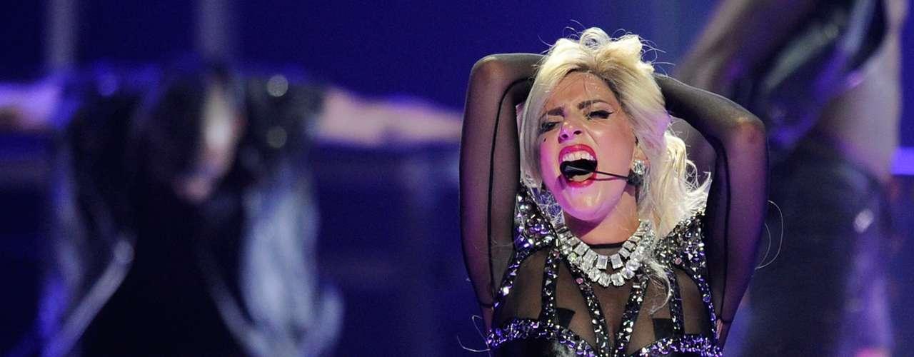 Gaga, la más joven de las seleccionadas con 26 años, constantemente muestra la mercancía en sus presentaciones, usando para ello transparentes trajes.