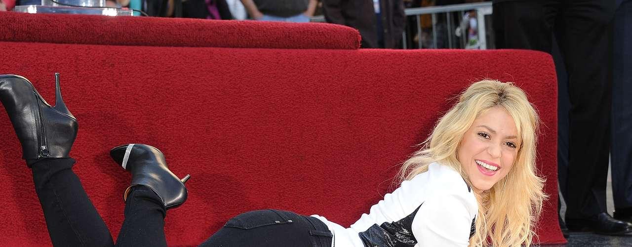Shakira ocupa la posición número 40, logrando destacar como una de las pocas latinas en este sondeo. La lista de Forbes también ubica a otras celebridades como la actriz Angelina Jolie, la estrella de \