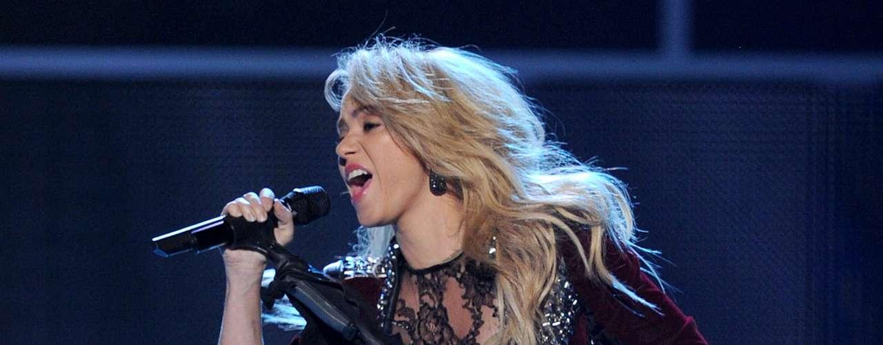 La cantante colombiana ha vendido más de 70 millones de álbumes en todo el mundo, además está a punto de firmar un contrato de 60 millones de dólares para sus próximos tres discos y giras, a la par que también resalta su compromiso social al frente de la Fundación Pies Descalzos.