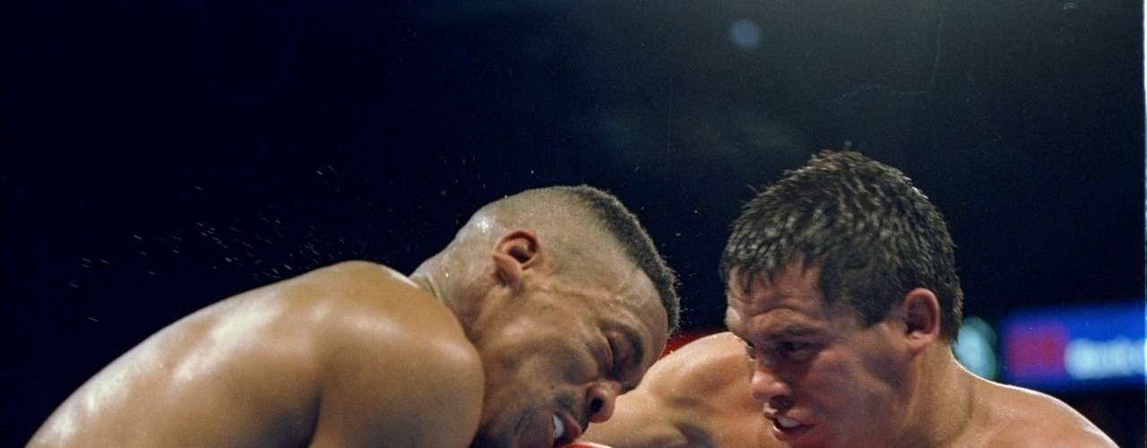 Frankie Randall (left) trades blows with his opponent Julio Cesar Chavez during their fight in Las Vegas, Nevada. Randall won the bout in 12 rounds.