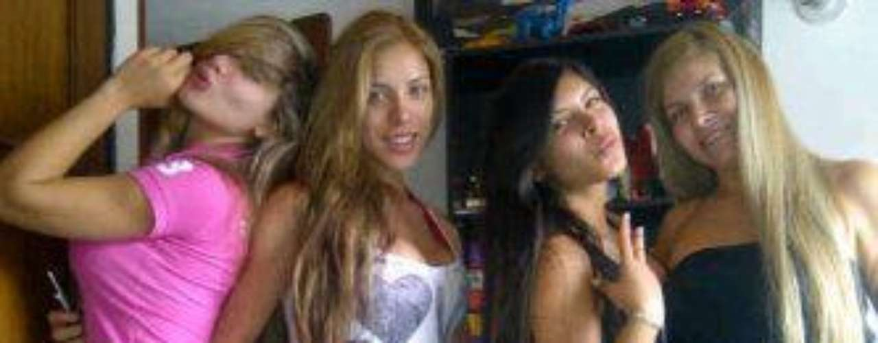 Sofia Jaramillo, Diana Jaramillo, Laura Jaramillo  y mamá  posan al natural.