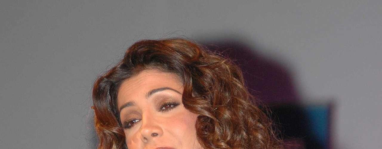 Patricia Manterola interpretando el tema \