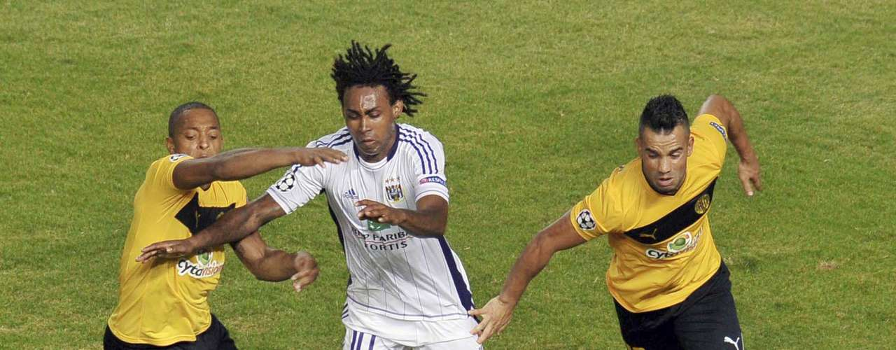 Anderlecht's Kanu (C) dribbles past AEL Limassol's Carlitos (L) and Edmar Silva at the GSP stadium in Nicosia August 22, 2012. AEL Limassol defeated Anderlecht 2-1 during their Champions League play-off first leg soccer match. REUTERS/Andreas Manolis.