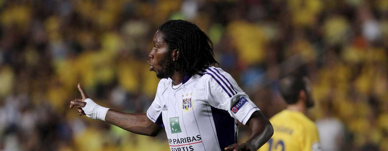 Anderlecht's Mbokani celebrates after scoring against AEL Limassol at the GSP stadium in Nicosia August 22, 2012.  REUTERS/Andreas Manolis