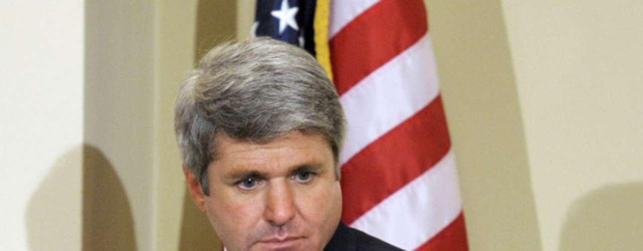 El Representante republicano de Texas, Michael McCaul, descendióa la segunda posición al bajar sus ingresos valuados en$101.9millones de dólares. Luego de encabezar varios años este ranking, McCaul bajó de puesto por reportar los bienes de su familia de manera diferente en 2012.