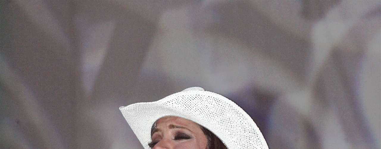 Pilar Montenegro pasó la pena del siglo, al caerse en plena emisión de un programa transmitido en la televisión mexicana. Para tapar el incidente, sus músicos continuaron con el espectáculo, mientras ella se recuperaba.
