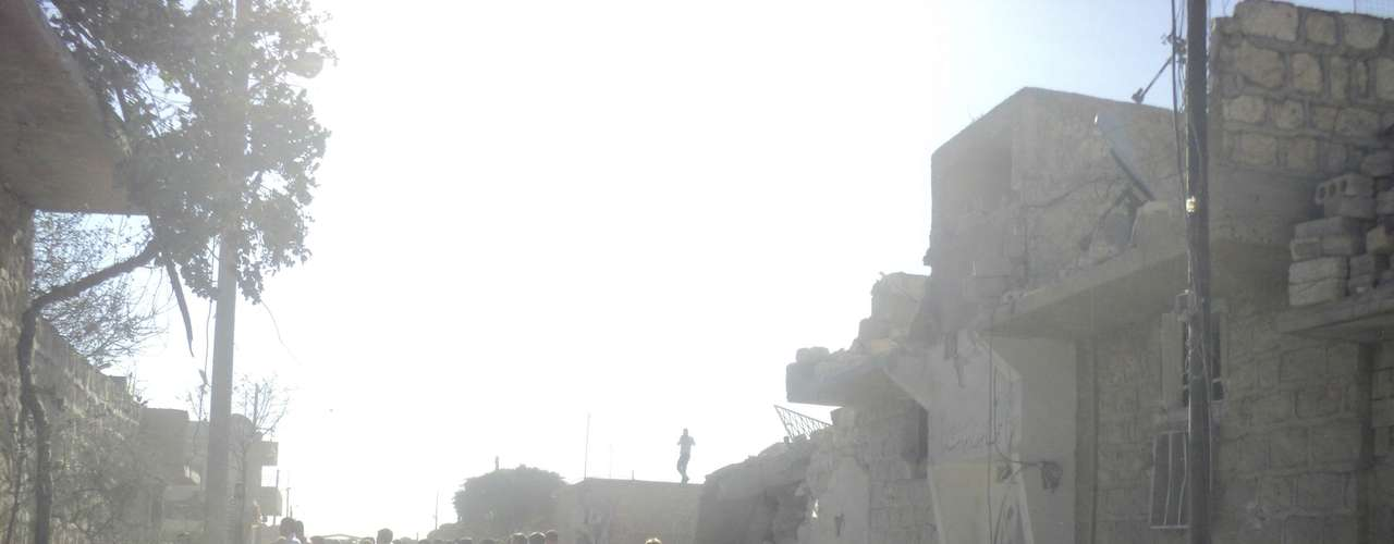 La guerra civil no declarada en Siria continúa. Los combates y los bombardeos de las fuerzas aéreas del régimen de Bashar Al Asad provocaron 198 muertos ayer, martes 21 de agosto. En la imagen, habitantes de Mara, población cercana a Alepo, caminan por una calle entre casas gravemente dañadas por los bombardeos.