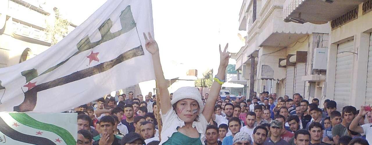 Pese a lo sangriento de los enfrentamientos entre los grupos armados rebeldes y el ejército nacional, los sirios no pierden la esperanza de poder encontrar una salida pacífica del conflicto. En la imagen, una manifestación contra el presidente Bashar Al Asad en la localidad de Idlib.