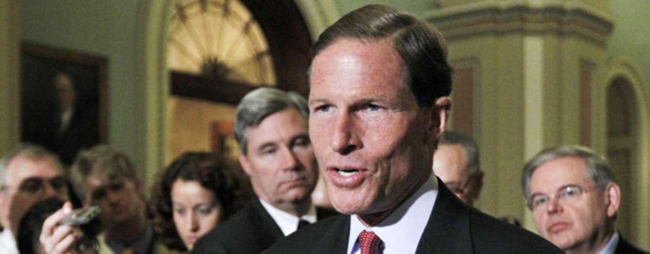 La fortuna deRichard Blumenthal, Senador demócrata por Connecticut, bajó de $80.1 a $76.6millones de dólares en comparación al 2011, pero aun así se mantuvo en la lista de los más ricos ocupando el quinto lugar de la lista.