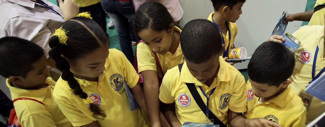Visitantes asisten a la VIII edición de la Feria Internacional del Libro de Panamá que abrió sus puertas en Ciudad de Panamá, con Francia como país invitado y la expectativa de que más de 70.000 personas la visiten hasta el próximo domingo.
