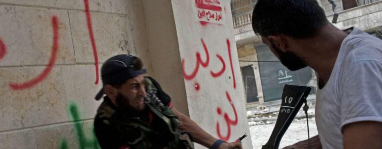 Mientras, las calles de Alepo siguen siendo un campo de batalla que provoca decenas de muertos diariamente entre combates y bombardeos. En la imagen, un rebelde sirio reacciona ante el impacto de una ráfaga de balas junto a él.