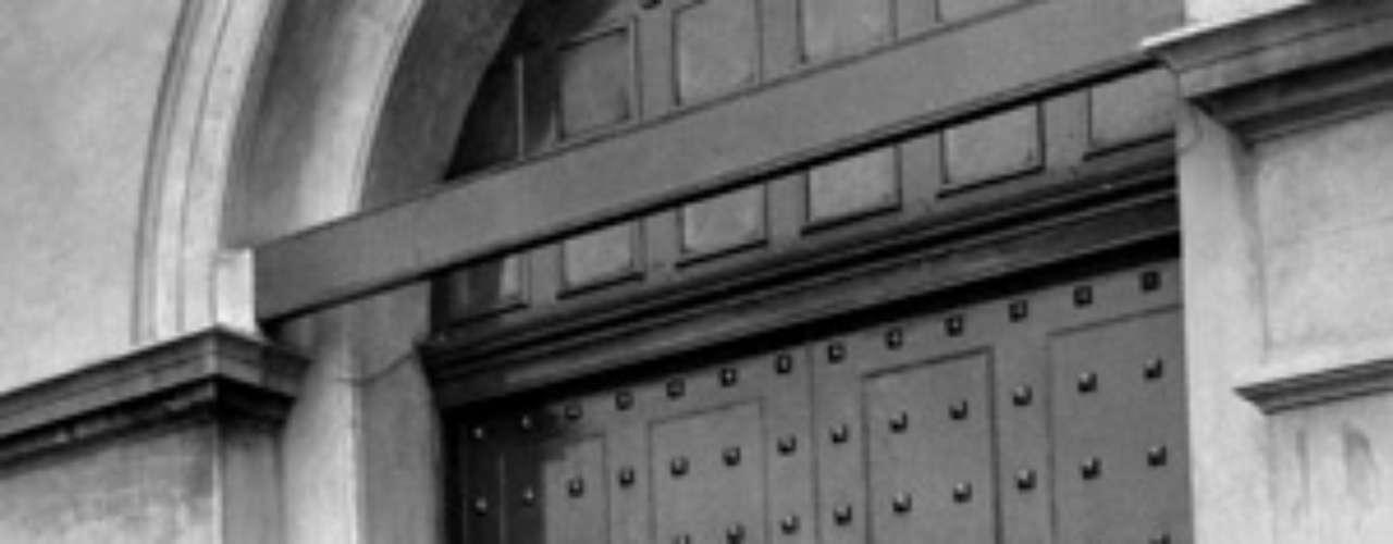 De esta manera Christie asesinó a otras cinco mujeres, a quienes ahorcaba y colocaba detrás de una alacena de su domicilio. El asesino es arrestado y juzgado. Recibió la sentencia a muerte y fallece ahorcado en 1953. En la foto se muestran decenas de curiosos que esperaban noticias sobre la ejecución del asesino.
